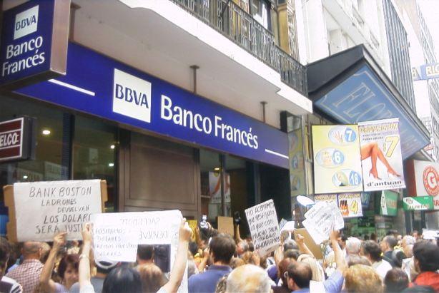 Buenos_Aires_-_Manifestación_contra_el_Corralito_-_20020206-17